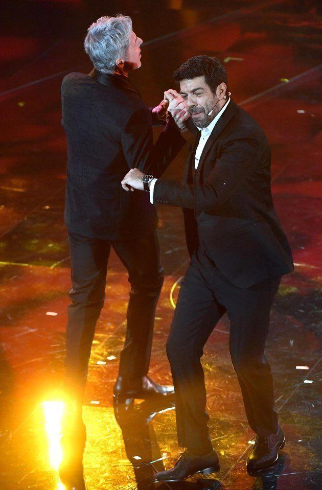 Sanremo 2018, Pierfrancesco Favino si scatena sulle note di