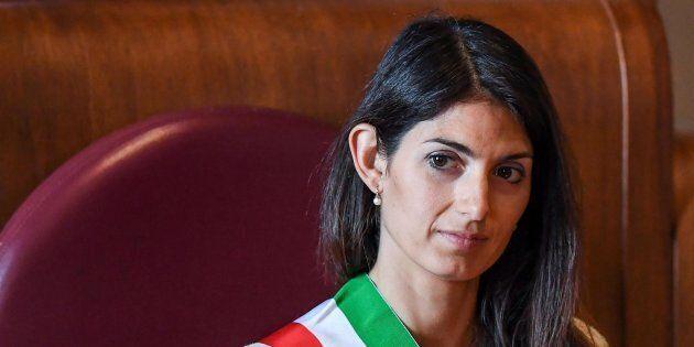 Virginia Raggi contro tutti: attacca il premier Paolo Gentiloni e i ministri Carlo Calenda e Beatrice...