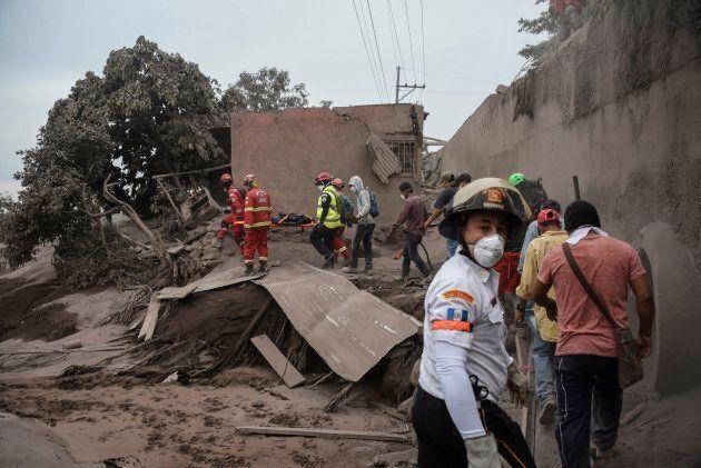 In Guatemala le eruzioni del vulcano del Fuego hanno fatto 69 morti. Si cercano