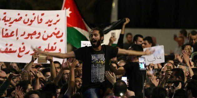 La rimozione del premier non placa le proteste anti-austerity in Giordania. Il Re:
