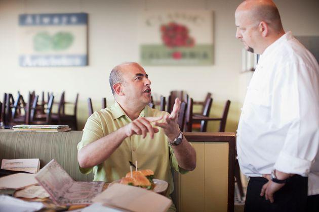 El dueño de un restaurante da el corte de su vida a un cliente que se quejó de la
