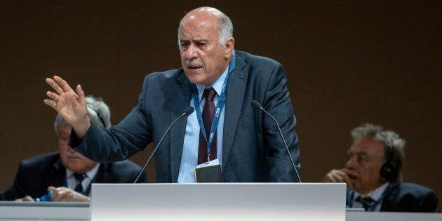 Jibril Rajoub, possibile successore di Abu Mazen, fa campagna elettorale con la maglia di Messi.