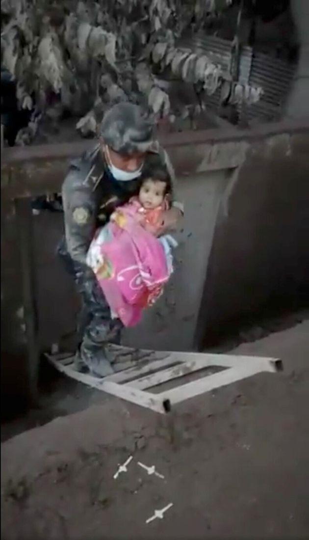 In Guatemala una bambina è stata messa in salvo dopo essere stata sepolta dalle ceneri del Vulcano del