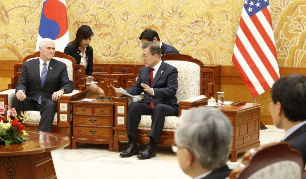 Il presidente della sud Corea Moon Jae-parla con il vicepresidente americano Mike