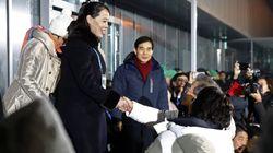 Olimpiadi invernali, le due Coree sfilano insieme, storica stretta di mano. Doppio sgarbo di Pence a