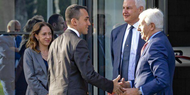 Al ministro tocca stringere le mani anche al