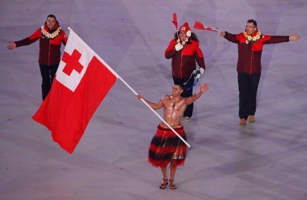 Il porta bandiera di Tonga Pita Taufatofua sfila a petto nudo in Corea del Sud con una temperatura di