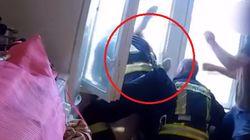 Una donna si butta e lui la prende al volo dal piano inferiore: l'eroico salvataggio di un