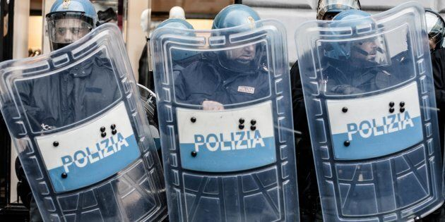 Scontri fra antifascisti e polizia a Torino e