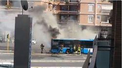 Ancora un autobus in fiamme a Roma: il mezzo è andato a fuoco vicino al