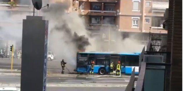 Ancora un autobus in fiamme a Roma: un mezzo è andato a fuoco vicino al