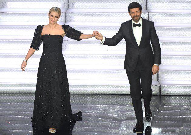 Sanremo 2018, Michelle Hunziker veste Armani Privé per l'ultimo atto del festival e conquista