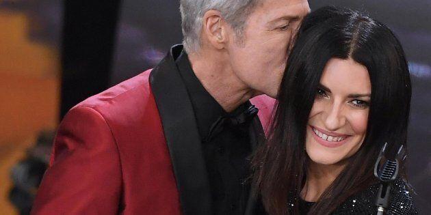 Laura torna a Sanremo, si commuove, canta tra la gente e merita standing ovation. Elegantissima in