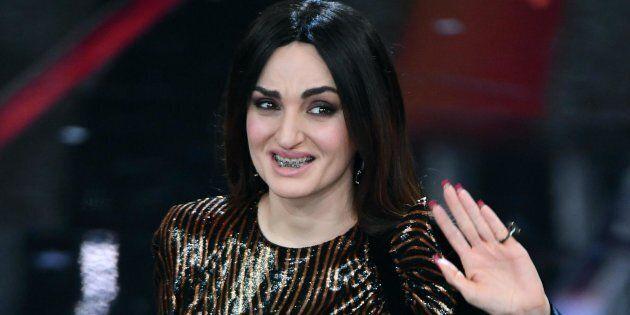 Sanremo 2018, Arisa si esibisce col vestito comprato su una