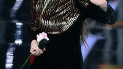 Arisa a Sanremo col vestito comprato su una bancarella:
