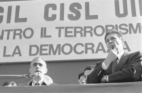 Il segretario della UIL Pierre Carniti (S) accanto al segretario della CGIL Luciano Lama, sul palco,...