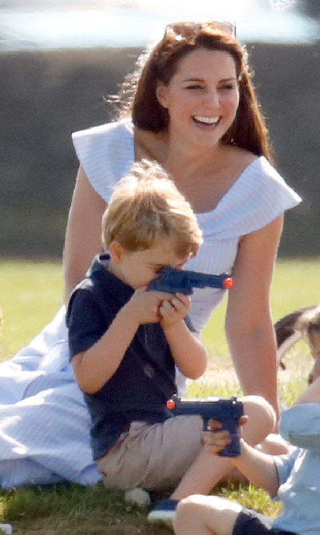 Il principino George e la sua pistola giocattolo fanno infuriare i sudditi