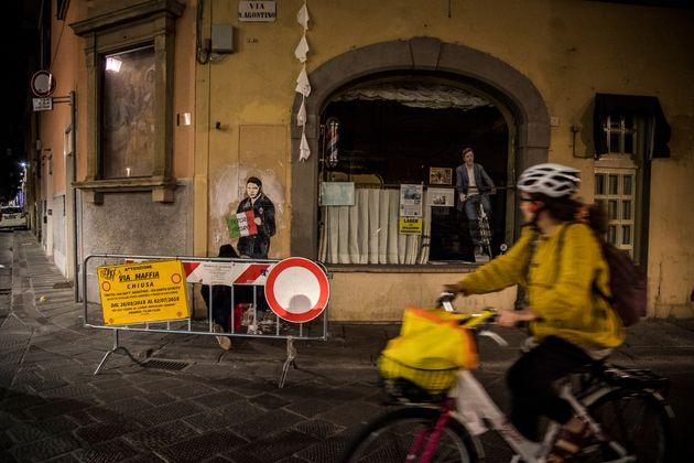 A Firenze un murale di TvBoy ritrae Renzi con il cartello