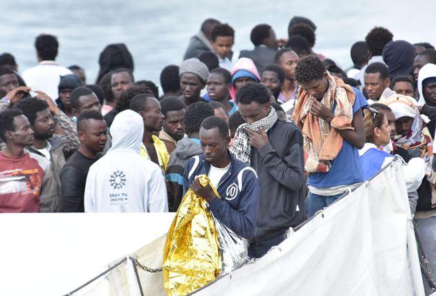La nave Diciotto sbarca a Catania: 932 migranti a