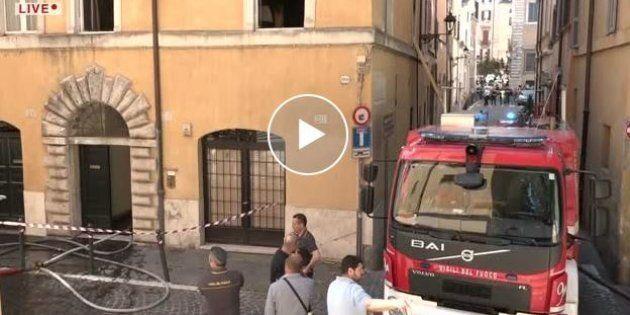 Spento l'incendio del palazzo di via degli Amatriciani a Roma. Una donna
