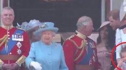 La principessa Charlotte imita la Regina Elisabetta. E Kate se la