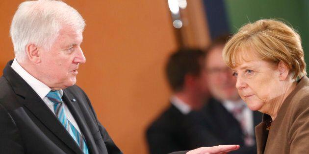 Sui migranti scontro senza precedenti in Germania: il ministro dell'Interno minaccia la rottura con