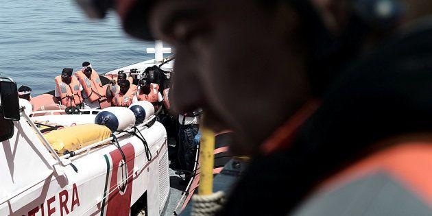 Aquarius supera la Sardegna: rifornita dalla Guardia Costiera, fa rotta verso