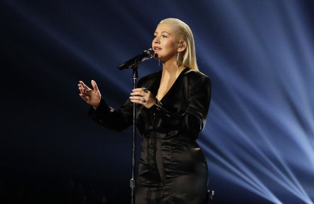 Christina Aguilera si traveste e si esibisce nella metro di New York, ma la sua voce è