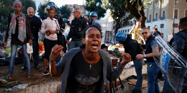Sgombero dell'accampamento di rifugiati eritrei e somali a Roma, in Piazza Indipendenza il 24 agosto...