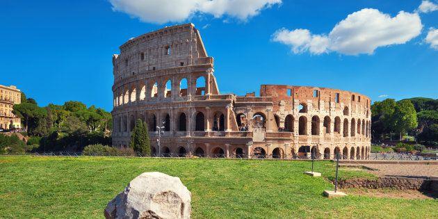 Stacca frammento del Colosseo come souvenir, glielo trovano nello zaino. Denunciato