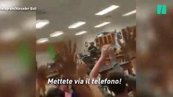 Con le mani in alto impugnando lo smartphone: la strage in Florida super documentata sui