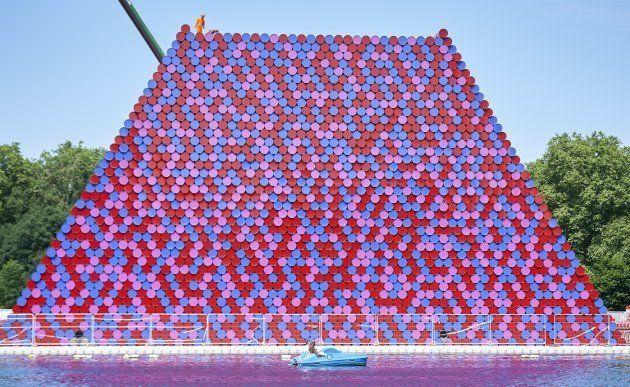 La nuova opera di Christo: 7.000 barili di benzina galleggiano tra le anatre di Hyde