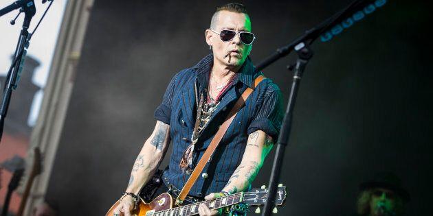 Johnny Depp è tornato in splendida forma: le foto sul palco mettono fine alle voci di una