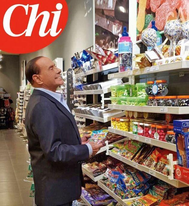 Silvio fa scuola in campagna elettorale. La foto in Autogrill la copiano