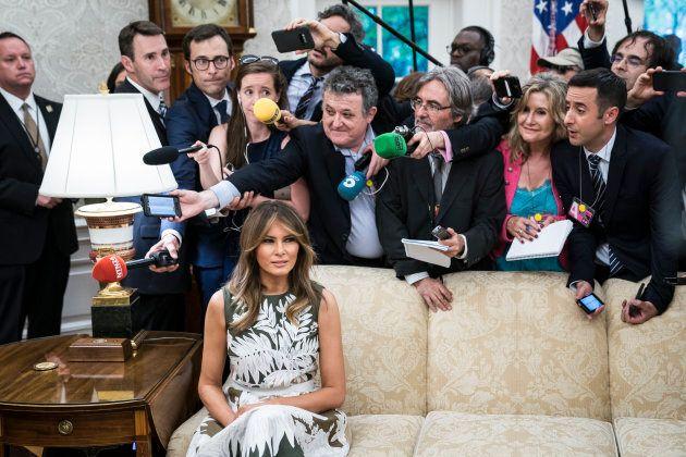 La foto di Melania seduta da sola nella Sala Ovale circondata dai giornalisti è diventata virale (per...