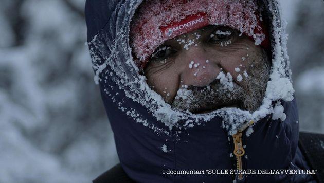 Roberto Zanda durante la Yukon Artic Ultra. Dopo 17 ore trascorsi anche a -50 gradi, scalzo e senza guanti,...