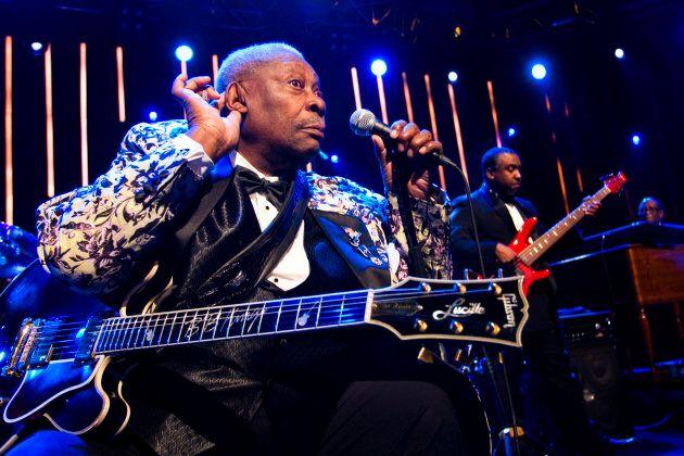 La leggenda del blus BB King, con la sua chitarra Gibson, battezzata