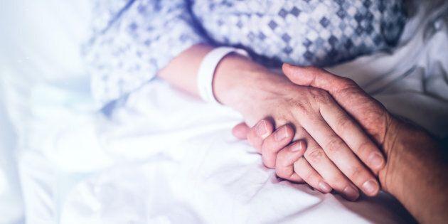 Va a trovare la moglie in ospedale, ma scopre che è morta e nessuno l'ha