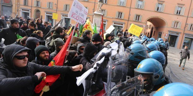 Scontri tra polizia e centri sociali in vista del comizio del leader di Forza Nuova, Roberto Fiore, in...