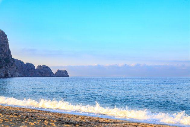 Sulla spiaggia si affaccia anche la fortezza di Alanya. Non fine sabbia bianca, ma piccoli ciottoli di...