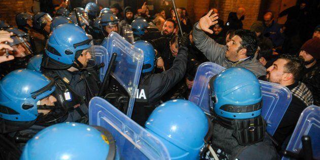 Tensione e cariche della polizia nelle vie del centro di Macerata per una manifestazione organizzata...