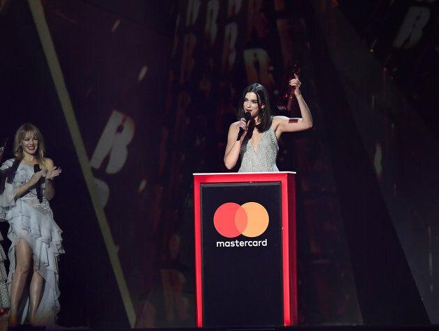 Kylie Minogue ha premiato la vincitrice del Brit Awards femminile, Dua