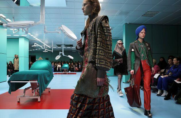 La passerella come sala operatoria: Gucci fa sfilare i modelli con le teste