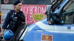 Centinaia di migranti si barricano nella struttura che li ospita a Roma: