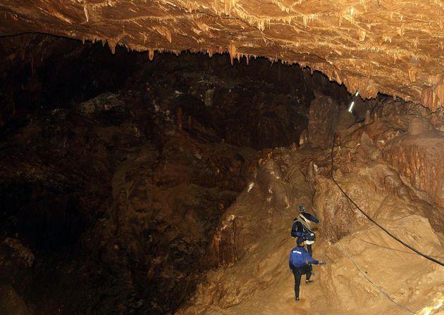 12 ragazzi intrappolati in una grotta in Thailandia. Corsa contro il tempo per