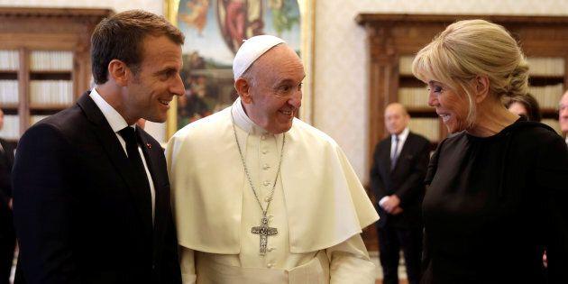 Brigitte l'impeccabile: la moglie di Macron dal Papa con abito nero e chioma