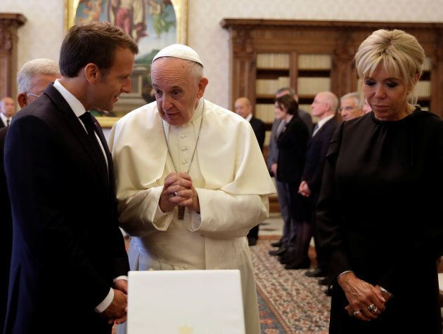 L'inusuale carezza sul volto di Papa Francesco da parte di