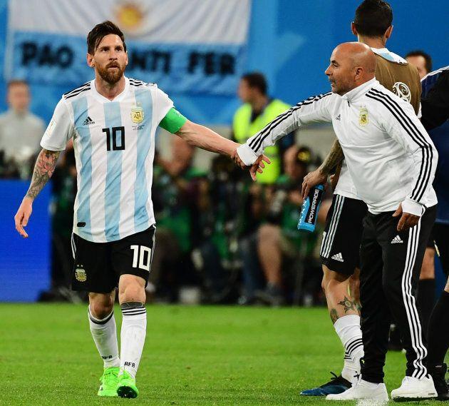 Il ct dell'Argentina Sampaoli chiede l'autorizzazione a Messi per un cambio: