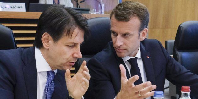 epa06836213 Italian Prime Minister Giuseppe Conte (L) and French President Emmanuel Macron (R) talk as...