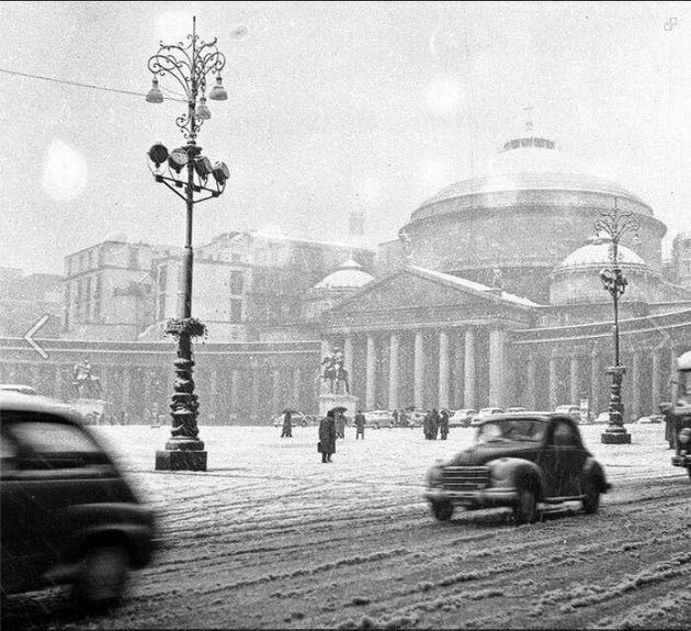 La neve imbianca Napoli: chiuse le scuole, bloccato l'aeroporto. De Magistris: